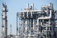 En la industria química, los líquidos y gases a menudo tienen que ser bombeados a través de largas tuberías.