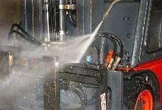 Impulsreicher Flüssigkeitsstrahl mit einer speziellen Düsentechnik zum Reinigen von Oberflächen.