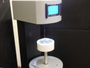 Oberflächenspannungen von Flüssigkeiten lassen sich präzise mit Tensiometern ermitteln.